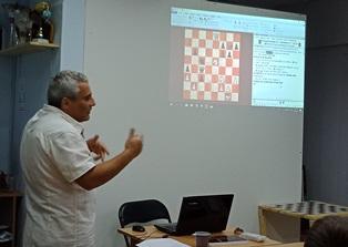 Гроссмейстер читает лекцию в Шахматном доме